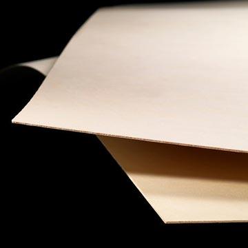 Birkekrydsfiner fra Koskisen. Koskiply. Billede af tynde plader birkekrydsfiner.